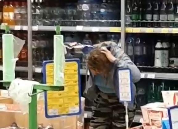 Костромичка помыла минералкой волосы в магазине