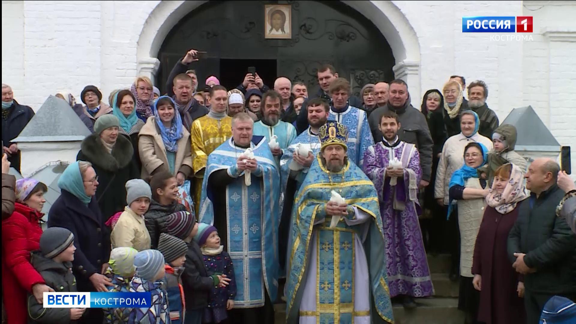 Костромичи выпустили птиц и помолились во имя хороших новостей