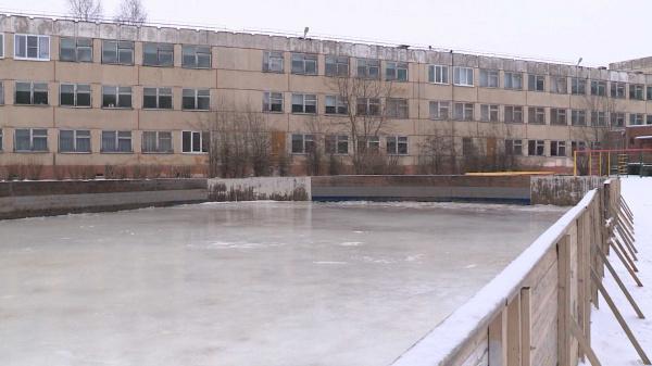 Подтаявший лёд на костромских катках начали восстанавливать