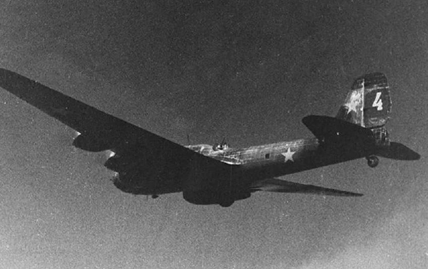 Костромской самолет времен войны поднимают из болота новгородские поисковики