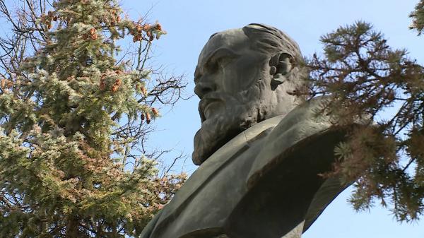 Костромские актеры возложили цветы к памятнику Островскому