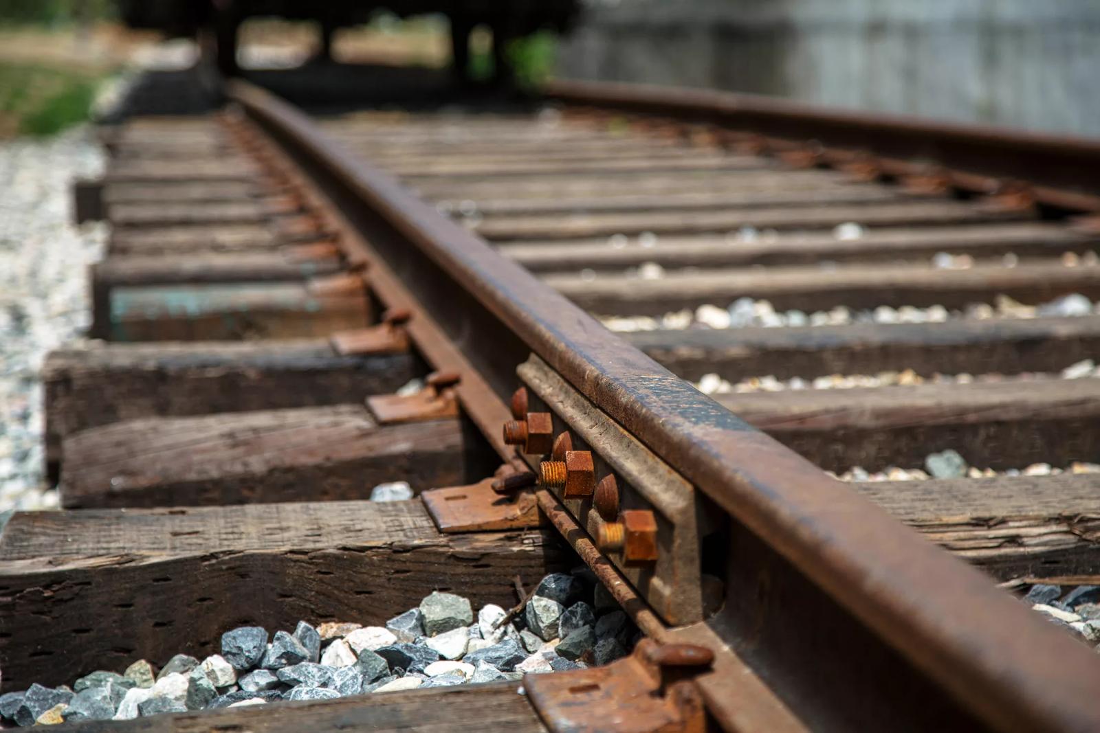 Двое мужчин в костромском райцентре погибли в раздавленной поездом машине