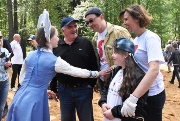 Столичные актёры посадили ивы вместе с особенными костромскими детьми