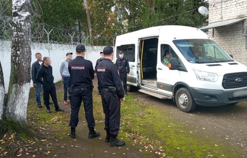 Костромские полицейские депортировали из страны четырех украинцев