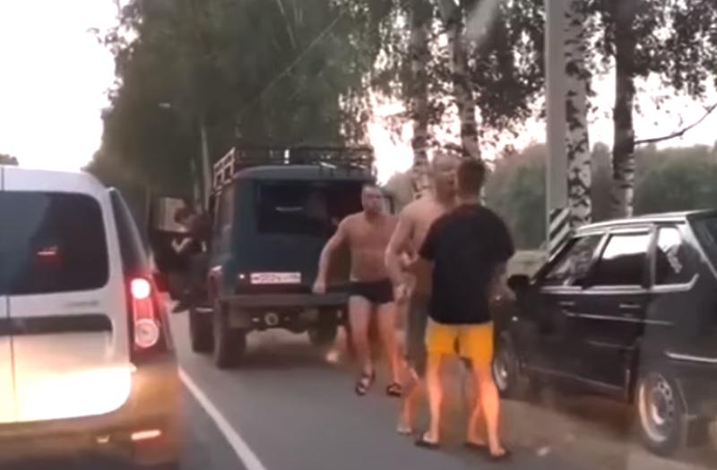 Полуголые мужчины устроили потасовку на дороге под Костромой