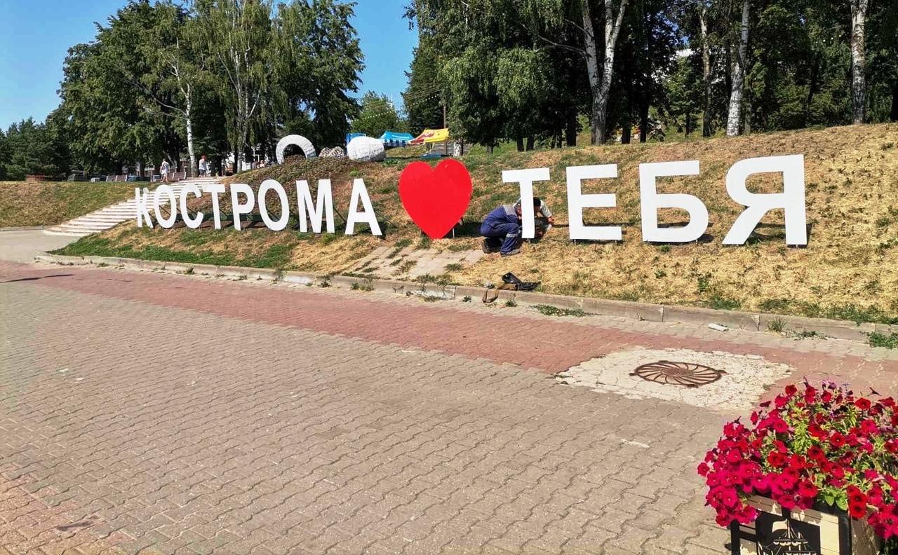 Испорченный вандалами арт-объект на костромской набережной починили