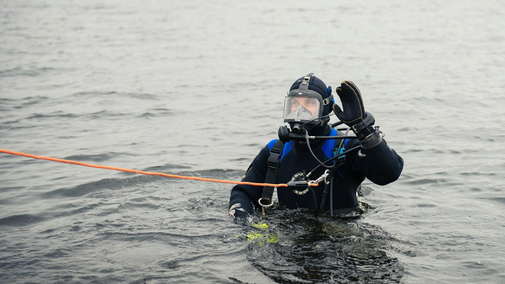 16 водолазов проверят костромское дно