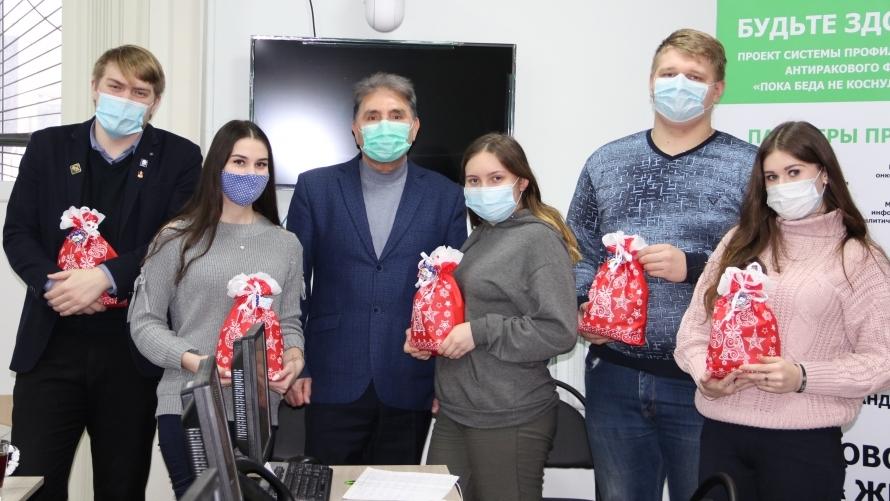 Волонтёрам коронавирусного колл-центра в Костроме подарили сладости