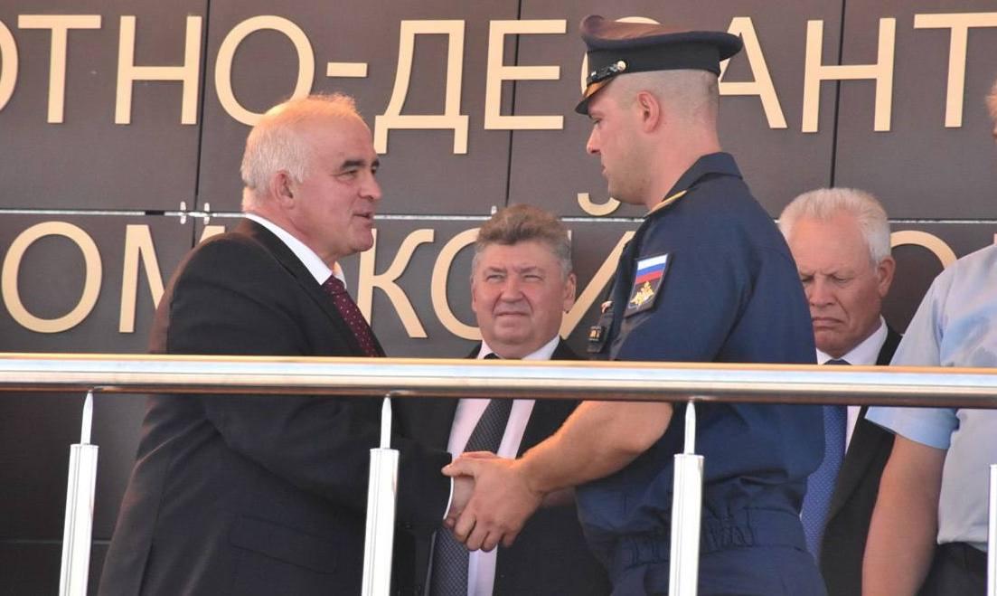 Сергей Ситников вручил часы лучшим костромским десантникам