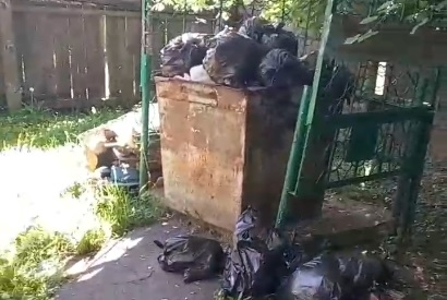 Вонючий мусор в костромском детском саду накрыли крышкой
