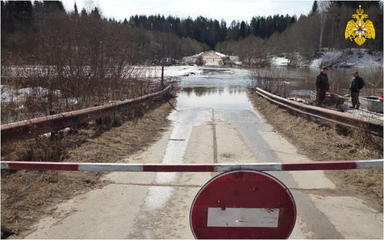 Вешние воды подтопили мост через реку Кострому
