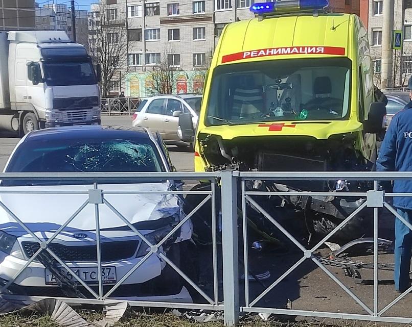 Легковой автомобиль протаранил «Скорую помощь» на перекрестке в Костроме