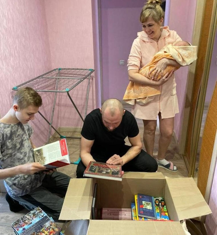 Костромской губернатор подарил многодетной семье коробку книг