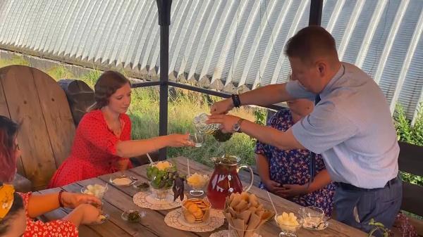 Студенты накормили костромского депутата Госдумы вареньем из огурцов