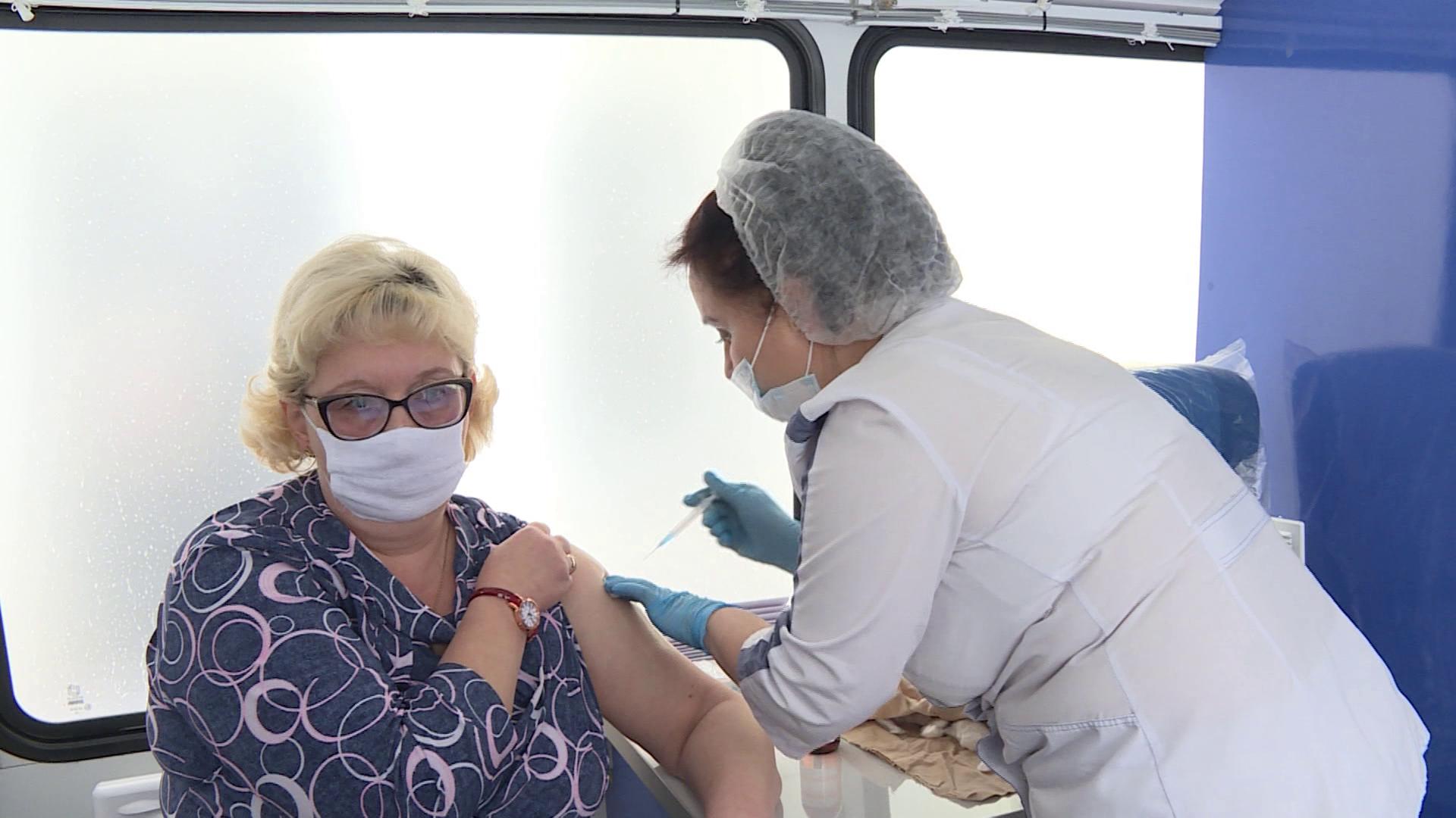 Сотни костромичей привились от коронавируса за первые дни мая в передвижных комплексах