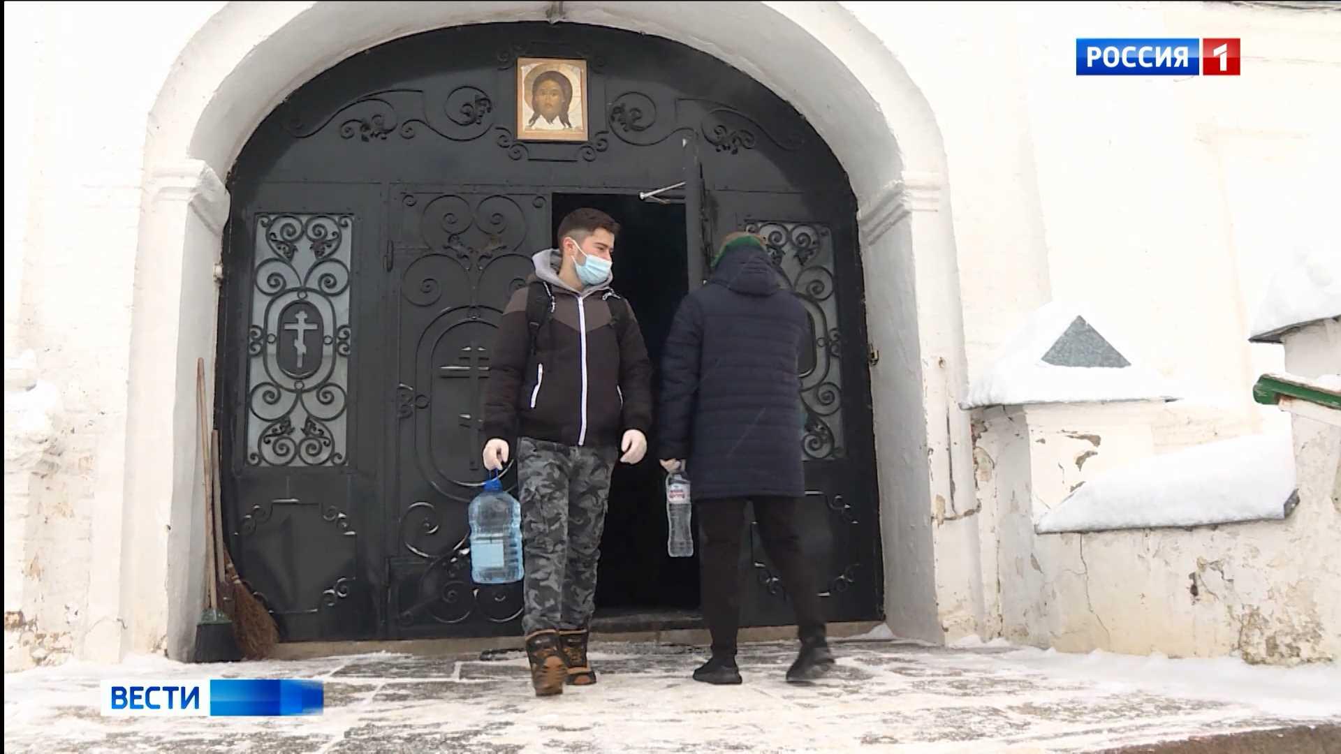 Волонтёры доставляют освященную воду по домам пенсионеров