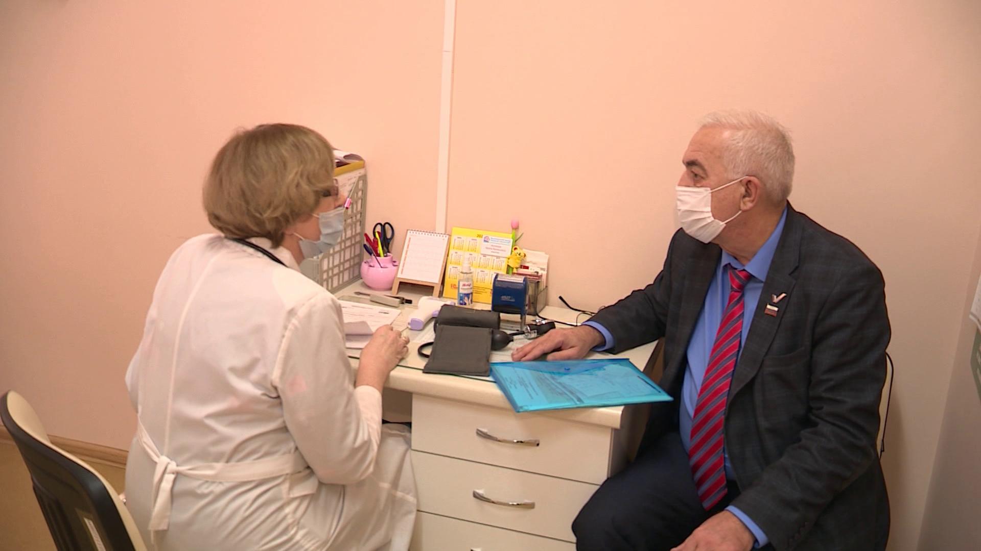 Костромичей-депутатов Облдумы сегодня привили от коронавируса