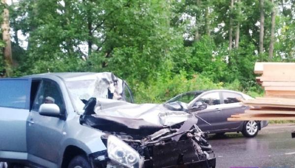 Водитель иномарки чудом выжил после жуткого ДТП в Костроме