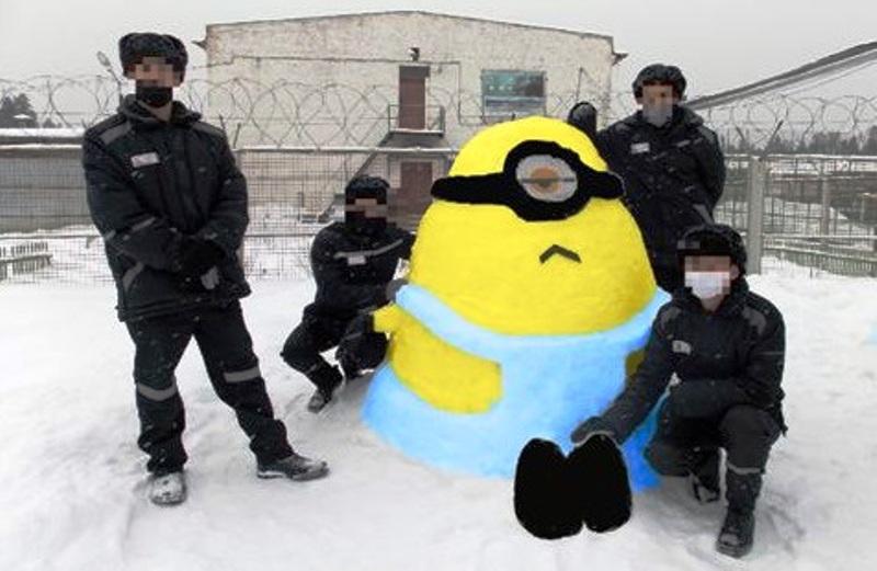 Костромские заключенные слепили из снега персонажей мультфильма «Гадкий Я»