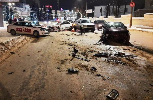 В Костроме возле Универмага столкнулись семь машин