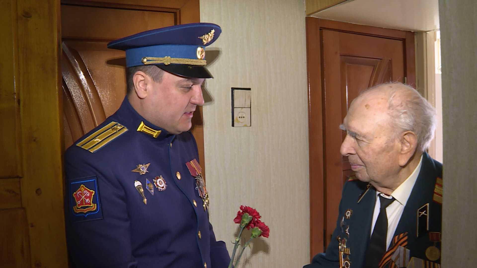 Костромской военком поздравил боевого офицера