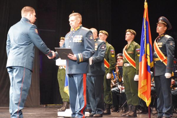 Костромских военных наградили к празднику часами и званиями