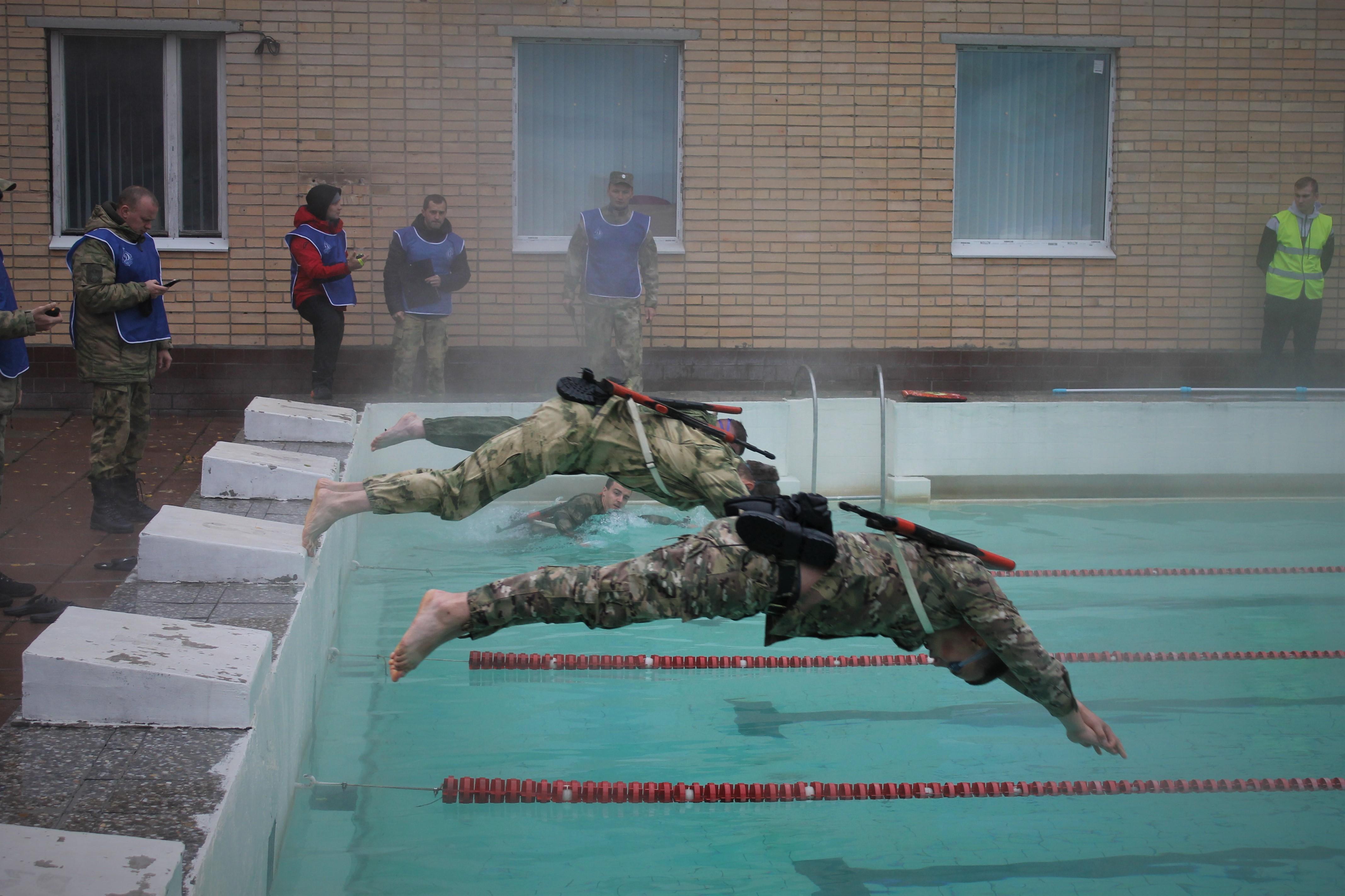 Росгвардейцу из Костромы не нашлось равных по заплыву в бассейне в обмундировании с автоматом