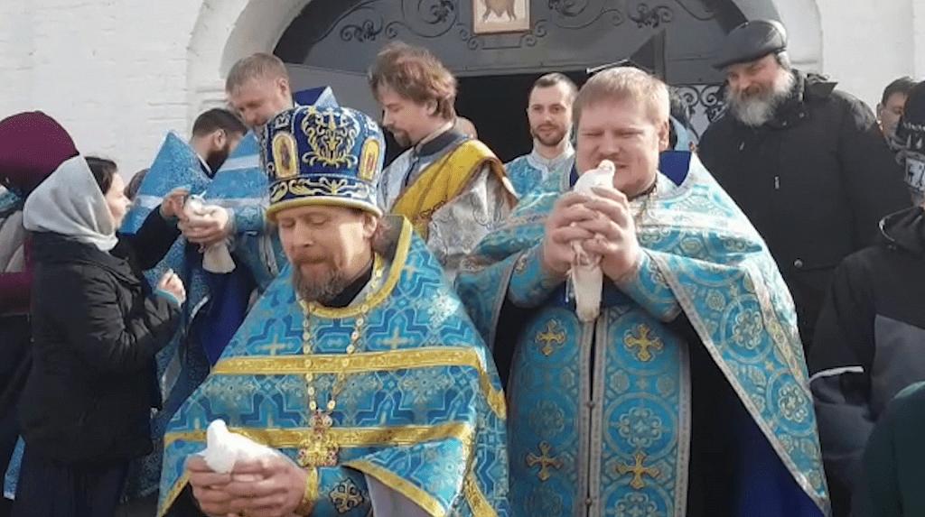 Православные костромичи выпустят в небо десятки белых голубей