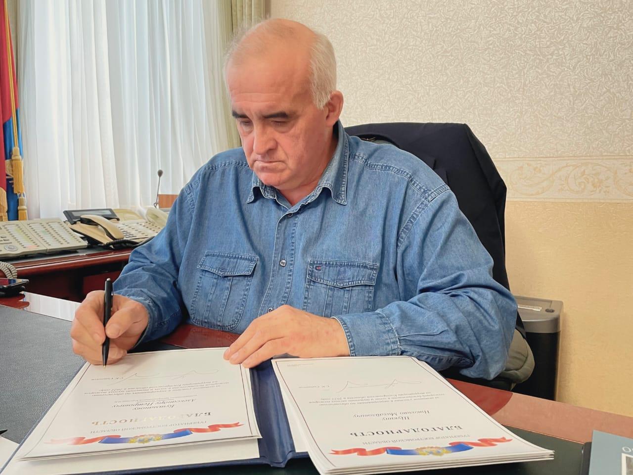 Сергей Ситников подписал благодарственные письма ликвидаторам лесных пожаров