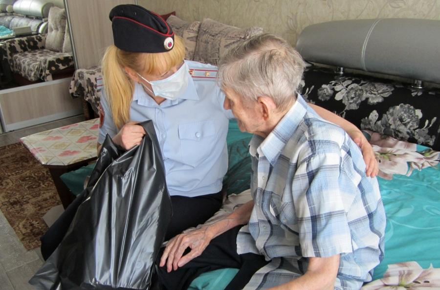 К костромскому фронтовику на 98-летие пришли сотрудники Росгвардии