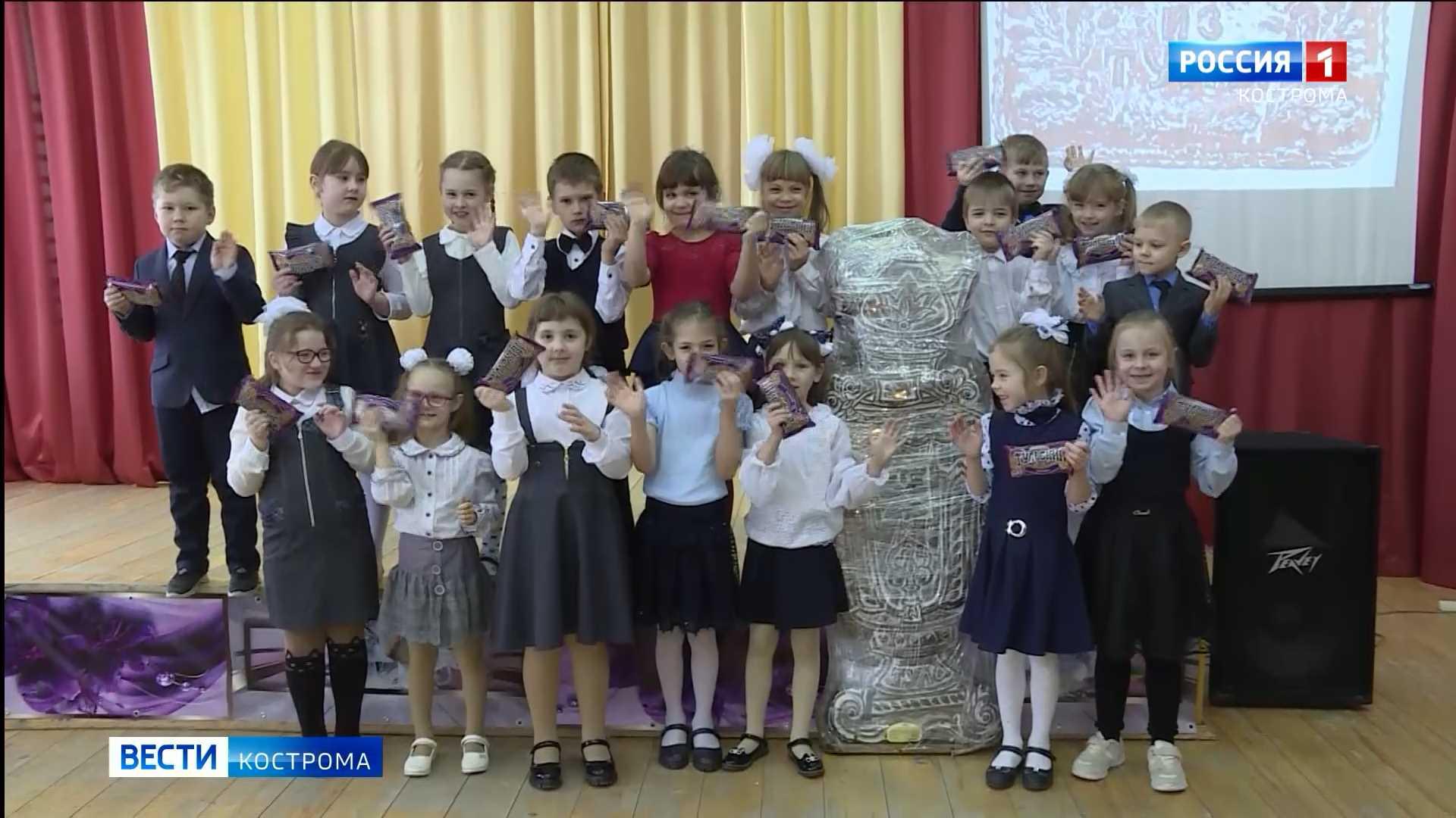 В школу в костромской посёлок приехал сладкий великан