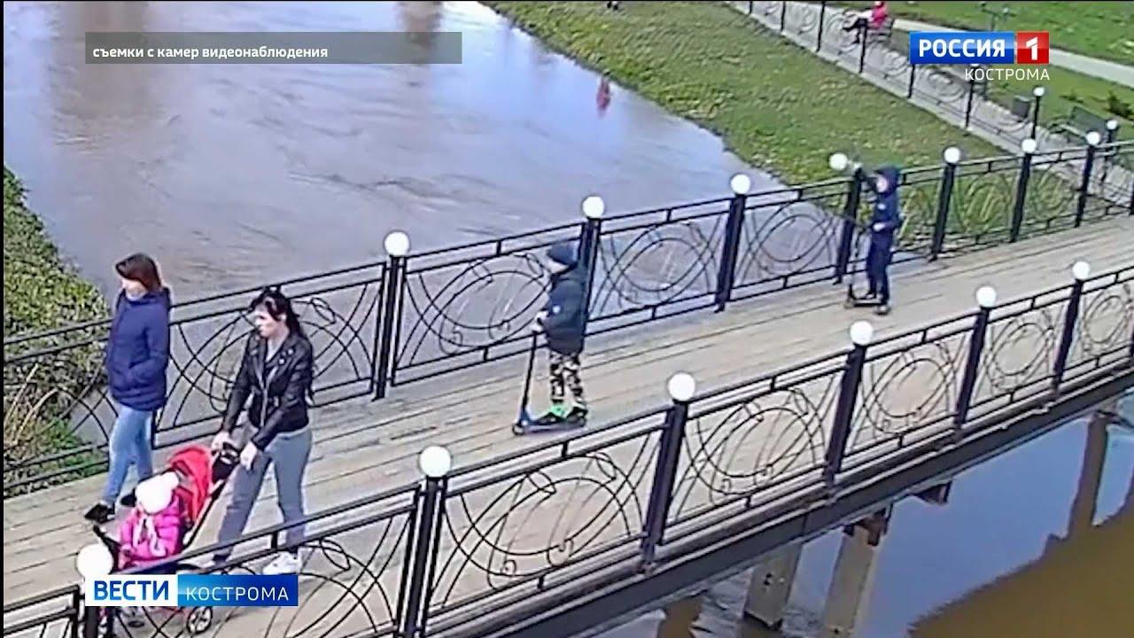 Многострадальный мост в парке Нерехты опять пострадал от вандалов