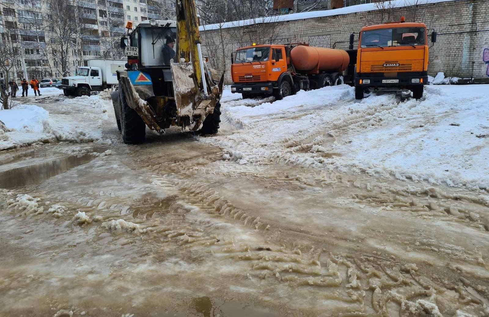 Ремонт прорвавшейся трубы в костромском Заволжье завершён