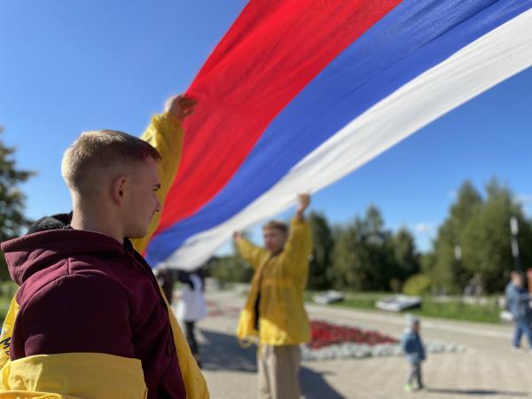 В костромском парке развернули многометровый флаг России