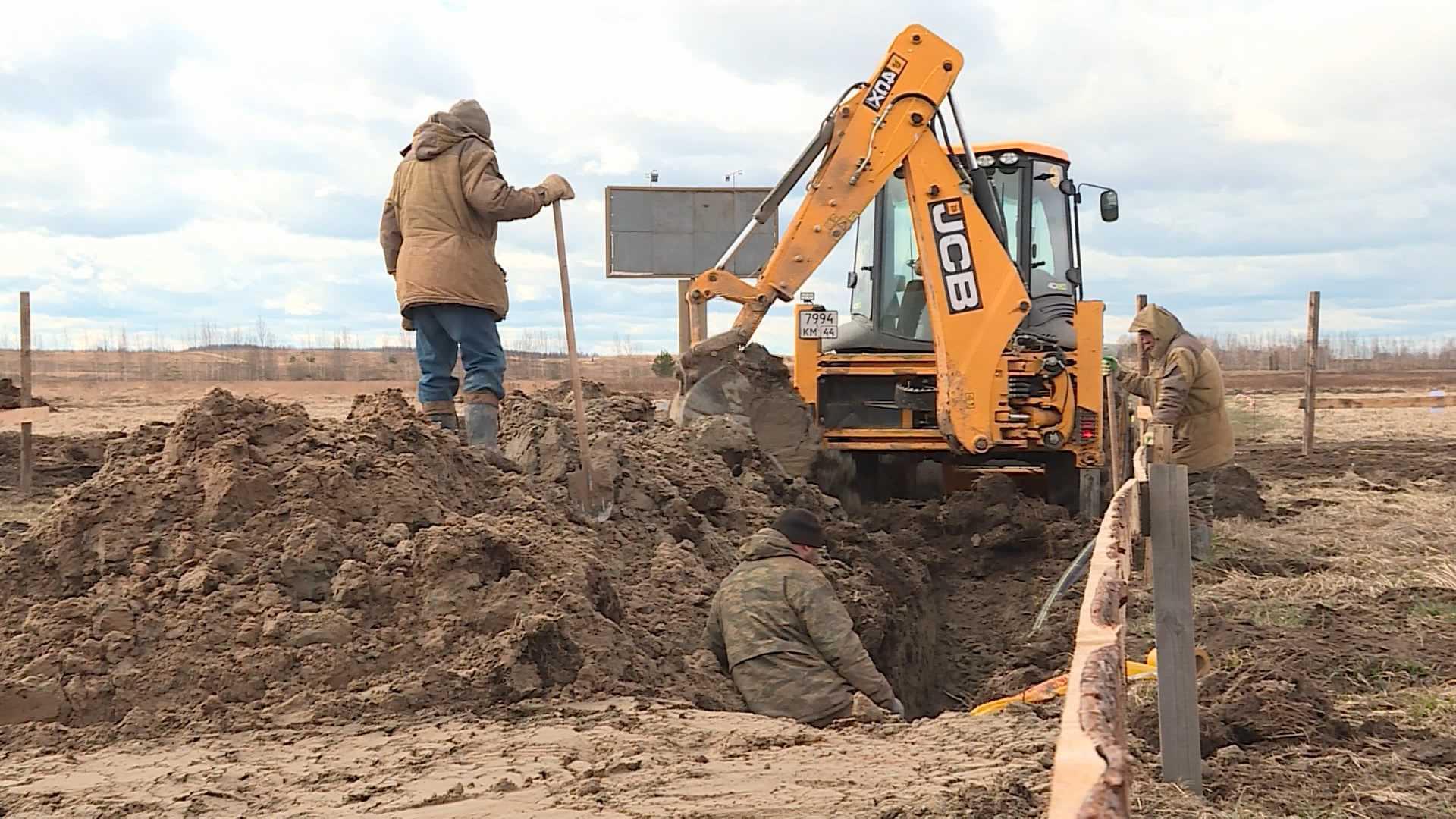 Новый водопровод прокладывают в Вохме на деньги «Народного бюджета»