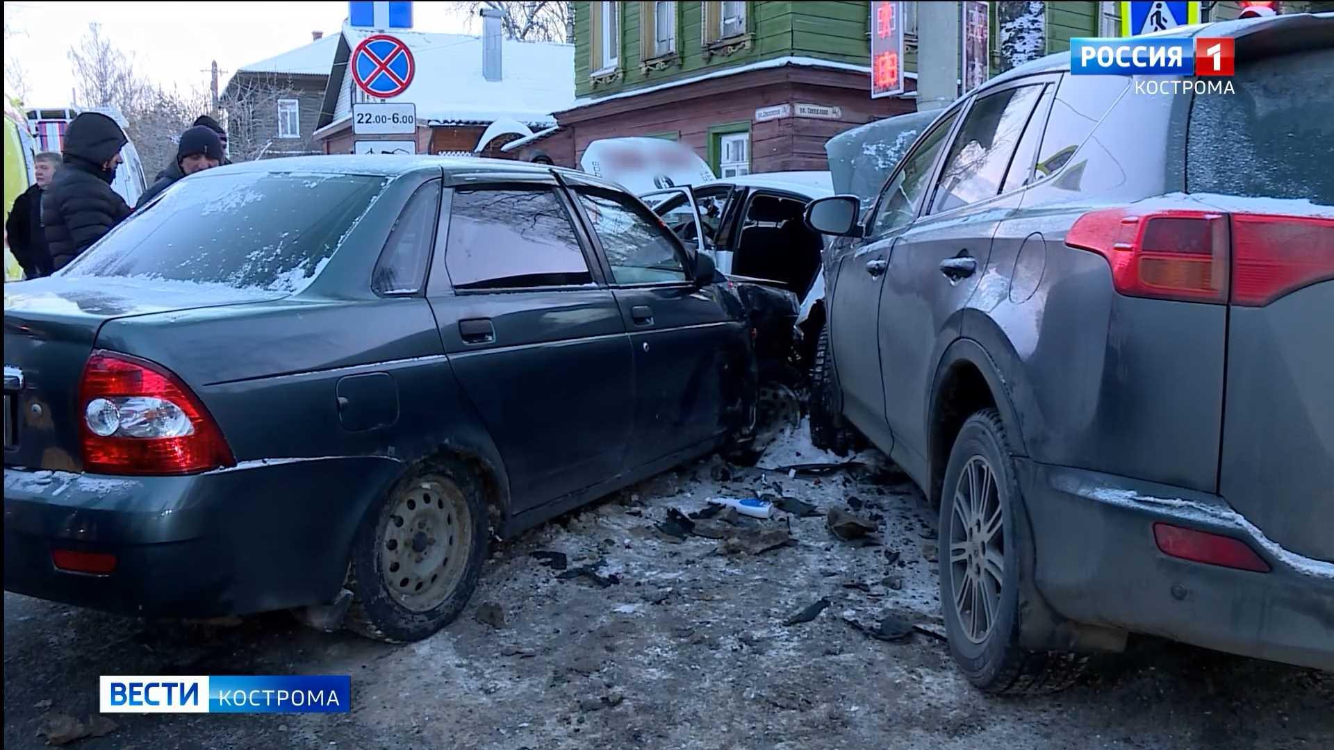 Пять человек пострадали в Костроме из-за торопливого таксиста