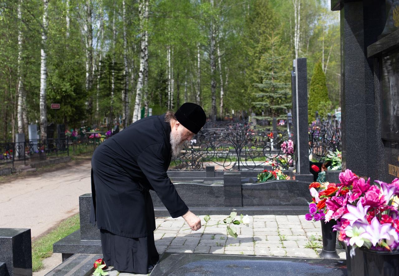 Владыка Александр из Казахстана посетил могилу костромского губернатора Виктора Шершунова